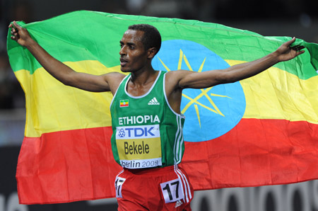 Kenenisa Bekele of Ethiopia celebrates his victory during the men's 10,000 meters final race at the World Athletics Championships in Berlin, capital of Germany, August 17, 2009. (Xinhua/Wu Wei)