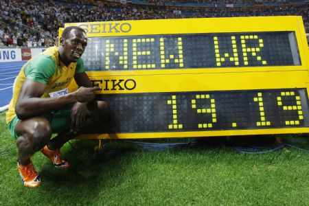 Jamaica's Usain Bolt celebrates his victory in the men's 200 meters race at the World Athletics Championships in Berlin, capital of Germany, August 20, 2009. Usain Bolt on Thursday broke the world record in the 200m final with the score of 19.19 seconds, smashing his own world mark of 19.30 set exactly one year ago at the Beijing Olympic Games. (Xinhua/Liao Yujie)