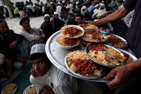 Afghans wait for the fasting break time at a mosque in Kabul, capital of Afghanistan, Aug. 24, 2009. [Zabi Tamanna/Xinhua]