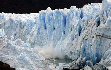 Splinters of ice peel off from the front of the Perito Moreno Glacier into the Lago Argentino, in the Parque Nacional Los Glaciares (Los Glaciares National Park), 80 km (50 miles) west of El Calafate city, in the Patagonian province of Santa Cruz, in this March 25, 2007 file photo. Moving on from the risk of global warming, scientists are now looking for ways to pinpoint the areas set to be affected by climate change, to help countries plan everything from new crops to hydropower dams.[Xinhua/Reuters]