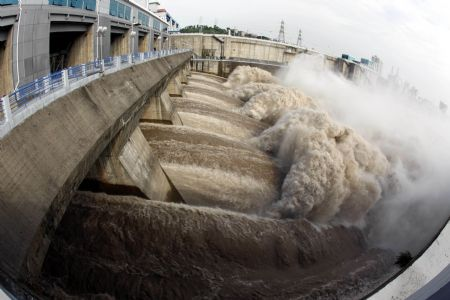 All sand-clearing sluices of the Gezhouba Dam on the Yangtze River are thoroughly opened to discharge and flush away the sand sediments on the Sanjiang Sail Routes in Yichang, central China's Hubei Province, Aug. 27, 2009.