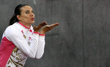 Yelena Isinbayeva of Russia blows a kiss during the IAAF Golden League athletics meeting at the Letzigrund stadium in Zurich August 28, 2009. [Xinhua]