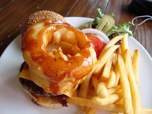 "Blue Frog's Montana BBQ burger: 'It's a good height,' restaurant manager Lee Mitchell said. 餐厅经理李•米歇尔指着蓝蛙的蒙大拿烤肉汉堡说:""瞧,它多高啊!"""