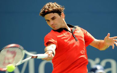 Roger Federer of Switzerland returns the ball to Devin Britton of the United States during the men's singles first round match at the U.S. Open tennis tournament in New York, August 31, 2009. Federer won 3-0.[