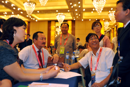 Merchants at home and abroad discuss during the 18th Urumqi Trade Fair in Urumqi, capital of northwest China's Xinjiang Uygur Autonomous Region, Sept. 1, 2009. The 18th Urumqi Trade Fair, China's only business event targeting central, west and south Asia, opened Tuesday. The trade fair has attracted more than 500 overseas businessmen from 29 countries and regions, including Russia, Kazakhstan and Uzbekistan. It also attracted many business people from China's 21 provinces and municipalities.
