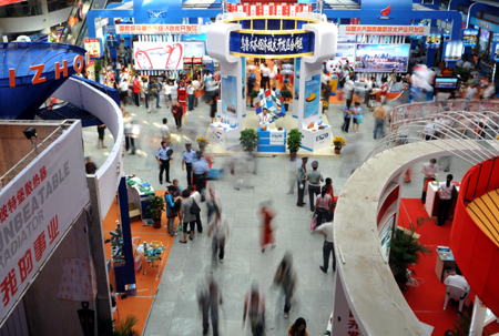 Merchants at home and abroad attend the 18th Urumqi Trade Fair in Urumqi, capital of northwest China's Xinjiang Uygur Autonomous Region, Sept. 1, 2009. 