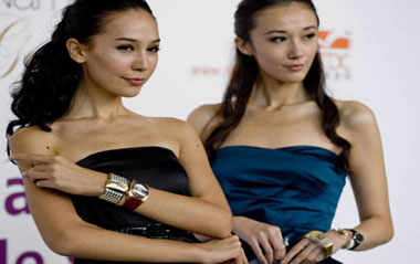 Models show newly designed watches at the 28th Hong Kong Watch and Clock Fair in Hong Kong, south China, Sept. 2, 2009. The five-day fair, the largest of its kind in the world, was opened in Hong Kong on Wednesday, attracting more than 700 exhibitors from 17 countries and regions. [Xinhua]
