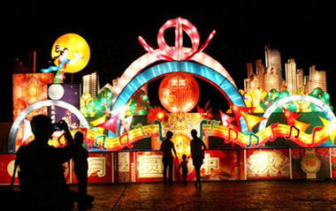 Visitors view colorful lantern scenery at the lantern fair held near Shanghu Lake, in Changshu City, east China's Jiangsu Province, Sept. 2, 2009. The grand lantern fair illuminated the night of Shanghu Lake, attracting lots of tourists.