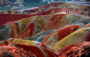 Picture taken on Sept. 8, 2009 shows a view of the Danxia Landform at a geopark in Zhangye, northwest China's Gansu Province. [Xinhua]