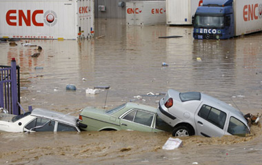 Floods killed 31 people in northwest Turkey after torrential rains hit the region from late Monday, the semi-official Anatolia news agency reported Wednesday. Partially submerged vehicles are seen after heavy rains in Istanbul September 9, 2009. [Xinhua/Reuters]