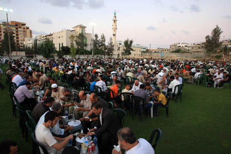 Palestinian Muslims attend a collective meal after the sunset prayer during the holy month of Ramadan in Gaza City, Palestine, Sept. 9, 2009. [Wissam Nassar/Xinhua]