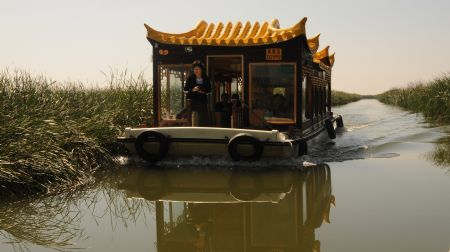 Tourists visit the everglade by boat at the Hengshui Lake, Hengshui, north China's Hebei Province, Sept. 9, 2009.(Xinhua/Wang Min)