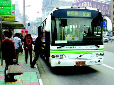 Air-conditioned and environment-friendly buses became common in people's lives in the 21st century.