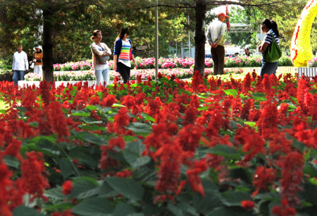 Residents enjoy the flowers at an arboretum in Urumqi, northwest China's Xinjiang Uygur Autonomous Region, on Saturday, Sept. 12, 2009. (Xinhua/Shen Qiao)