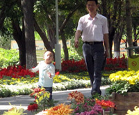 Urumqi residents enjoy weekend