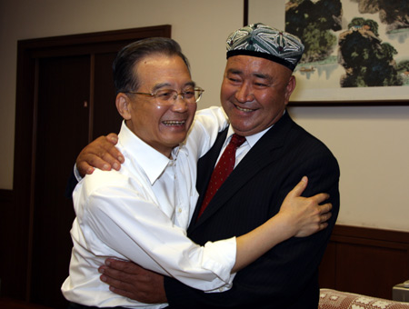Chinese Premier Wen Jiabao (L) hugs Dawut Haxim, a farmer of the Uygur ethnic group of Bachu County in northwest China's Xinjiang Uygur Autonomous Region, during their meeting in Beijing, capital of China, Sept. 14, 2009. 