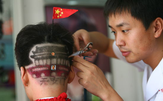 On Tuesday, September 15, 2009, a barber in Zhengzhou, central China's Henan Province, cuts a boy's hair into the shape of the Tian'anmen Rostrum, just to celebrate the 60th anniversary of the founding of the People's Republic of China. [Photo: icpress.cn]