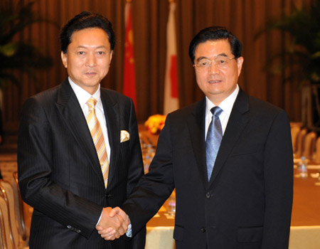 Chinese President Hu Jintao (R) meets with Japanese Prime Minister Yukio Hatoyama in New York, the United States, Sept. 21, 2009. (Xinhua/Li Tao)