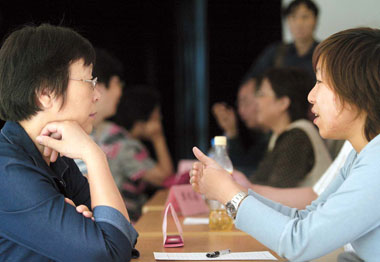 A psychologist (right) provides consultancy service for a resident in Xuhui District's Kangjian Community during a free psychological consultation event in Shanghai.