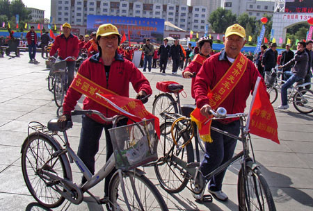 Elders ride bicycles as they participate in a campaign to promote the idea of the Car-Free Day in Hohhot, capital of north China's Inner Mongolia Autonomous Region, on Sept. 22, 2009. This Tuesday is China's third Car-Free Day and people are encouraged to walk, ride bikes or take buses instead of driving their cars. [Li Xin/Xinhua]