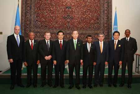 Chinese President Hu Jintao (4th L) poses for photos with other leaders at the UN headquarters in New York Sept. 22, 2009. President Hu and the other leaders were attending the UN Climate Change Summit in New York Sept. 22. [Ju Peng/Xinhua]