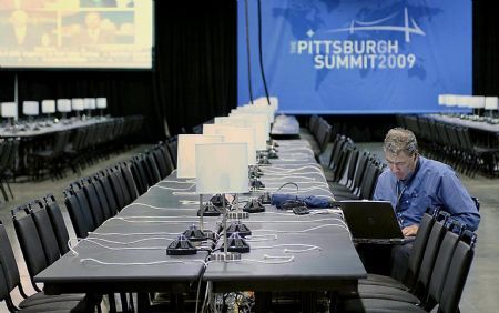  A journalist works in the press center of the David L. Lawrence Convention Center in Pittsburgh, the United States, Sept. 22, 2009. The G20 summit of world economic leaders is scheduled to be held in Pittsburgh on Sept. 24.(Xinhua/Zhang Yan)