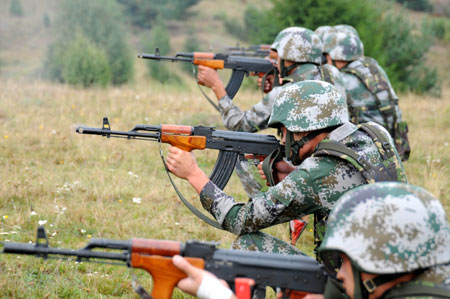 Chinese soldiers take part in a joint military mountain training with Romanian troop in western Romania, Sept. 17, 2009. A joint 10-day training session named
