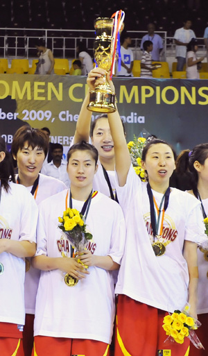 China's Miao Lijie(R1) and her teammate Guan Xin hold up the trophy during the awarding ceremony after the final match between China and South Korea at the 23rd Asian Women's Basketball Championships in Chennai, India, on Sept. 24, 2009. China beat South Korea 91-71. (Xinhua/Wang Ye)