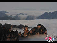 Mount Tianzi (Mount Heaven's Son) lies in the northwest of Wulingyuan and stands at a position of tripartite confrontation with Zhangjiajie National Park and Suoxi Valley. The mountain is provided with nearly 100 natural platforms for panoramic sightseeing.  It has more than 2000 stone peaks and dozens of waterfalls and springs. The sea of clouds, the wavelike stone ranges, the snow covered capes in the winter and the sunrise are most spectacular.[Photo by Zhuang Jun]