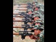 Chinese armed policemen take part in an anti-terrorism training to ensure the stability during the National Day holidays on September 24 in Zibo, capital of Shandong Province.(China.org.cn / CFP)