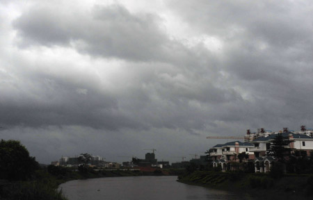 Photo taken on Sept. 28, 2009 shows the dark clouds over Qionghai City, south China's Hainan Province. The Chinese central observatory forecasts Kestana, the 16th tropical storm this year, will continue strengthening and would hit southern coastal areas of Hainan or pass through the southern coast of Hainan to lash coastal regions in Vietnam on Tuesday or Wednesday. It ordered boats in Kestana's path to return to harbor. [Meng Zhongde/Xinhua]