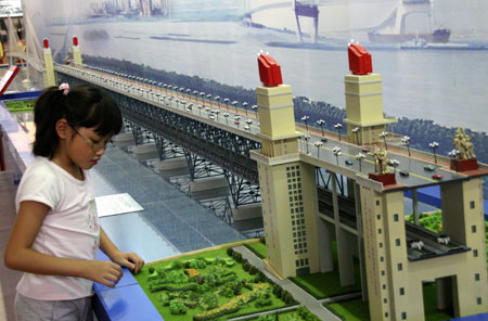 A kid visits the Progressive Jiangsu -- Grand Exposition of Achievements in Celebration of the 60th Anniversary of the Founding of the People's Republic of China, at the Nanjing International Expo Center, in Nanjing City, east China's Jiangsu Province, Oct. 2, 2009. (Xinhua/Dong Jinlin)