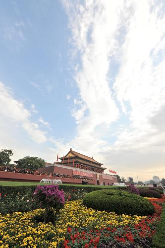 Tian'anmen surrounded by beautiful flowers under the clear sky. [Xinhua]