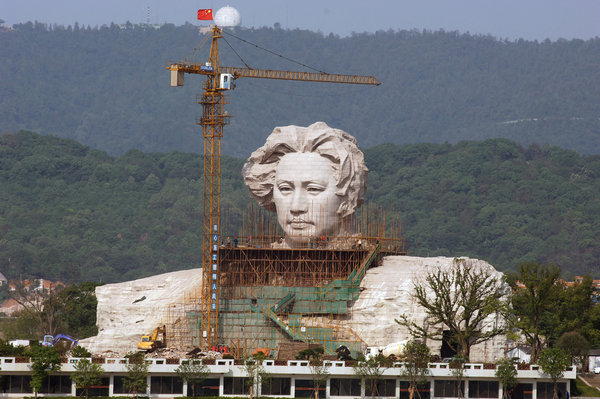 This photo, taken on November 2, shows a giant statue of Chairman Mao Zedong under construction in Changsha, the capital of South China's Hunan Province. When complete, the sculpture, which is 32 meters in height and covers an area of 2300 square meters, will be the largest statue of Mao Zedong in China. The pedestal of the sculpture, 15 meters high, 83 meters long and 41 meters in width, will house a Mao Zedong Memorial Hall and exhibition room. [CFP]