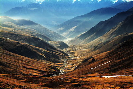 Photo shows a distant view of the Sichuan-Tibet Highway. (Photo Source: cnwest.com)