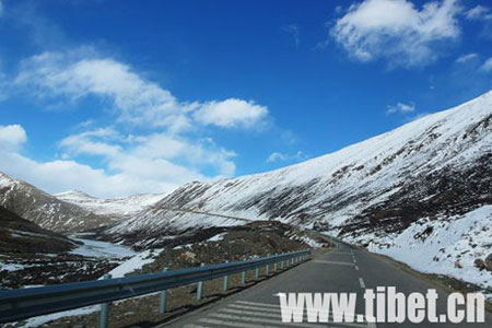 Photo shows a part of the Sichuan-Tibet Highway in southeastern Tibet's Nyingchi Prefecture. (Photo Source: tibet.cn)