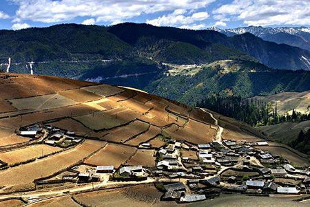 Photo shows Tibetan villages at the foot of the Meili Snow Mountain, Shangri-la County, Deqen Tibetan Autonomous Prefecture, southwest China's Yunnan Province. (Xinhua Photo)