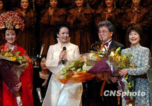 Renowned Chinese soprano Peng Liyuan (second from left) answers the curtain call following a successful performance of opera 'Mulan Psalm' in Tokyo, Japan on November 11, 2009.