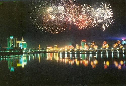 Fireworks over the Songhua River in Jilin City. [Jilin City Government] 松花江上的焰火