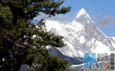 Photo shows the Namjagbarwa Peak. (Xinhua Photo)