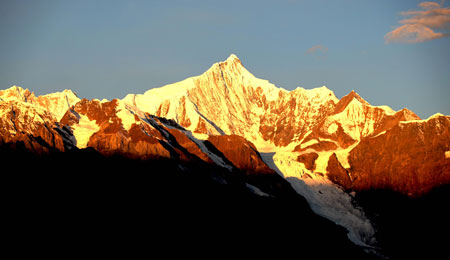 Photo taken on Nov. 1, 2009 shows the Meili Snow Mountain in Deqen county, southwest China's Yunnan Province. (Xinhua/Liang Zhiqiang)