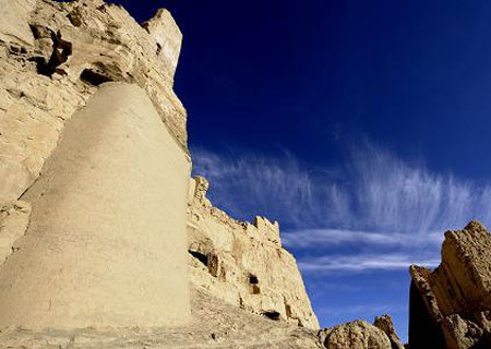 Picture taken on Oct. 25, 2009, shows the ruins of the Guge Kingdom in Tsada County, Ngari Prefecture, west Tibet. (Xinhua Photo)