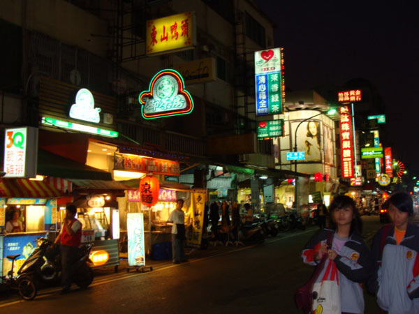 The night markets in Kaohsiung are less crowded than the ones in Taipei. [Photo: CRIENGLISH.com]