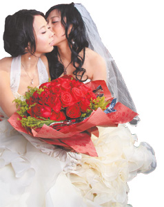 Lesbian volunteers pose for wedding photos. [China Daily]