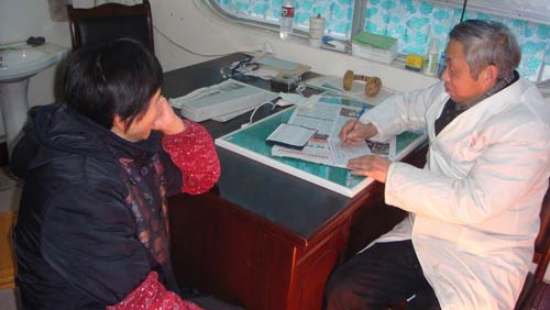 The villager is seeing doctors at the Tongkou health center.