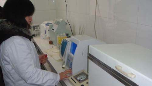 A doctor is using the automated hematologic analyzer at Tongkou Health Center.