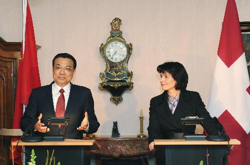 Chinese Vice Premier Li Keqiang(L) attends the joint press conference with President of the Swiss Confederation Doris Leuthard in Bern, capital of Switzerland, on Jan. 26, 2010.