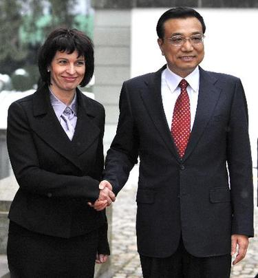 Chinese Vice Premier Li Keqiang(R) shakes hands with President of the Swiss Confederation Doris Leuthard before their meeting in Bern, capital of Switzerland, on Jan. 26, 2010.