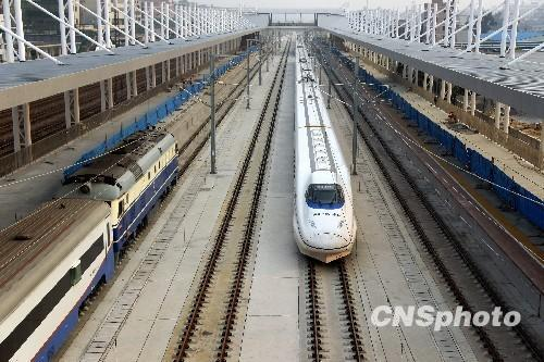 China's operational high-speed railways have exceeded 3,300 kilometers, leading the world in both length and technologies, the Ministry of Railways said on its official website Thursday.