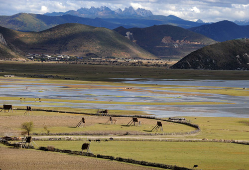 Photo taken on Oct. 20, 2009 shows the view of Shangri-la County, Tibetan Autonomous Prefecture of Deqen, southwest China's Yunnan Province, Tibetan Autonomous Prefecture of Deqen attractted more than 4 millions tourists home and abroad in 2009. [Xinhua/Lin Yiguang]
